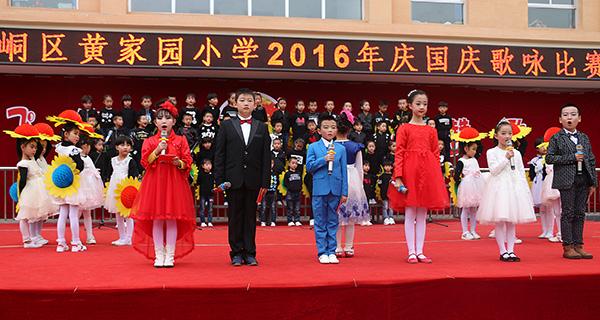 平凉新华小记者柳君霖主持本校举行国庆歌咏比饮料小学生图片