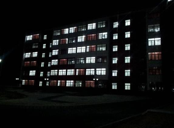 宿舍熄灯后有人吵闹 近600名女生被罚站至凌晨5点