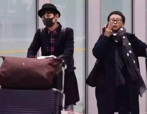 何炅老婆王�y�:-xZ~x�_何炅被拍到和妻子王箐还有儿子一起现身机场, 儿子