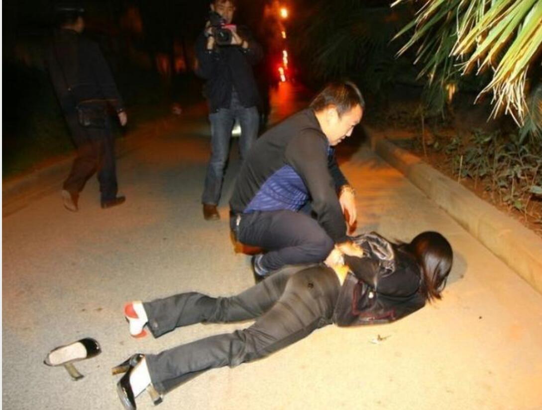 """暗访北京""""站街女"""":不乏男扮女装者 收入不菲(图)_新闻中心_中国网"""