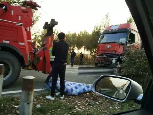 哈大高速20车相撞重大车祸,