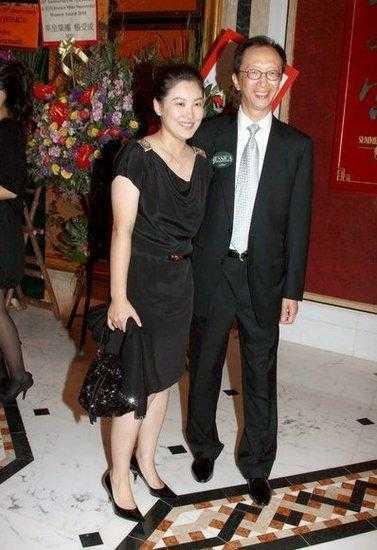 38岁跳水皇后伏明霞与64岁老公近照曝光 太幸福,嗨大了才回家