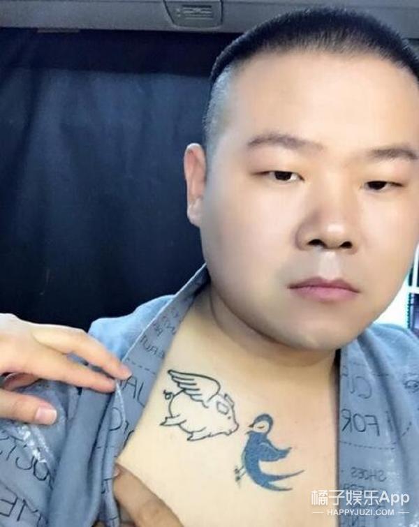 """一开始看到""""猪头爱燕子""""的纹身时觉得萌萌哒,现在看起来却很伤感"""