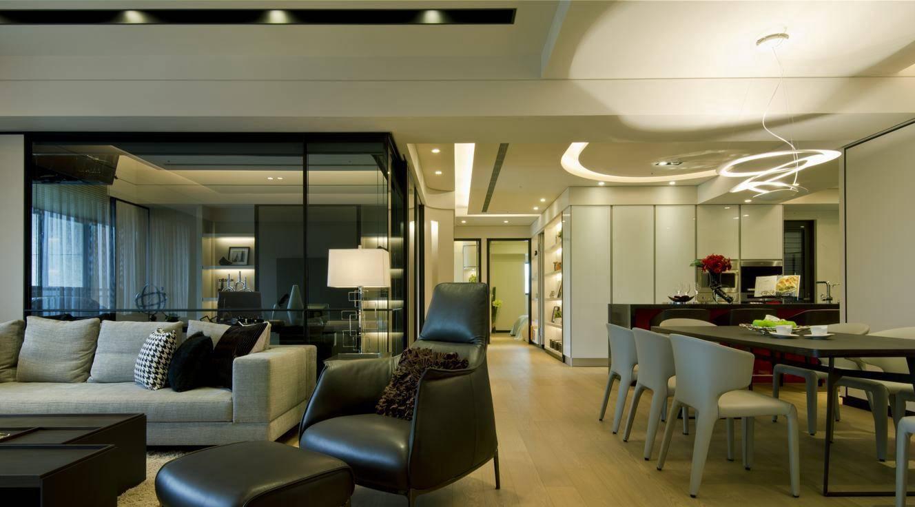 客厅与书房以黑,灰配色为主,餐厨区里面则以白色调铺陈;形成空间景深