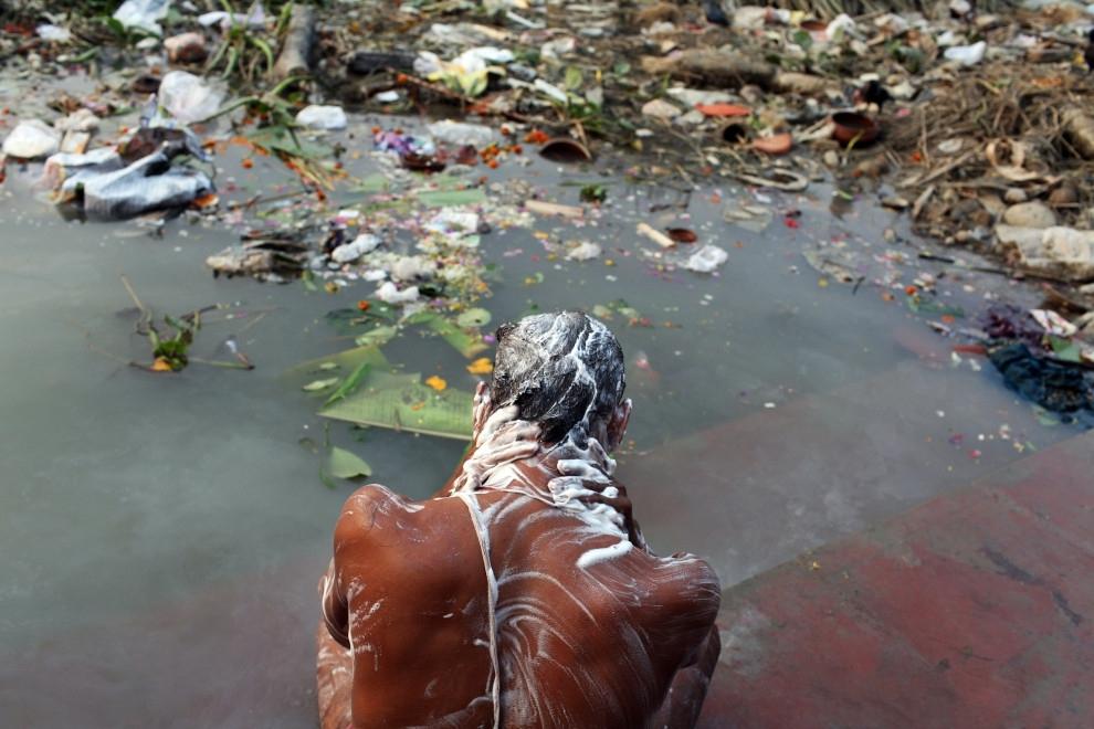 印度恒河 垃圾遍地,还有浮尸,印度人照饮不误图片