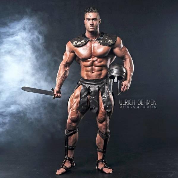 别人还在大学宿舍撸啊撸的年纪,他却在健身房里撸铁变成了大肌霸!