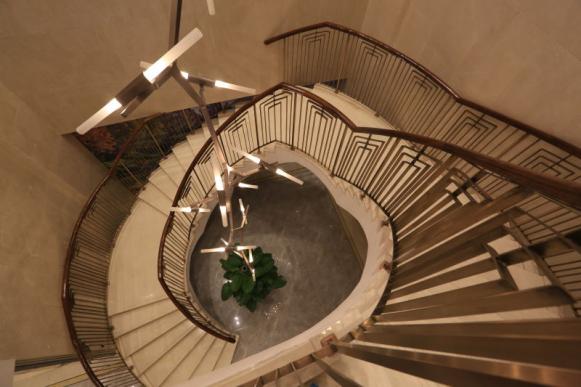 入户大堂新中式旋转楼梯层层礼遇(实景图)图片