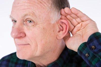研究表明:老年性耳聋与脑萎缩,老年性痴呆呈正相关关系,随着听力下降