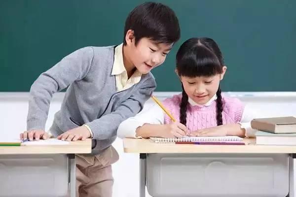 陪孩子写作业图片