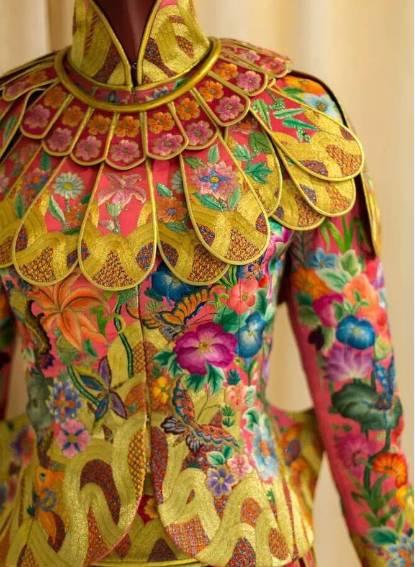 在绸缎上画画; 然后才能开始,    对缝制嫁衣的绣娘, 郭培还有一个图片