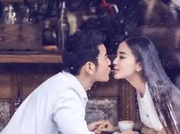 杨颖的胸口给郑恺亲吻