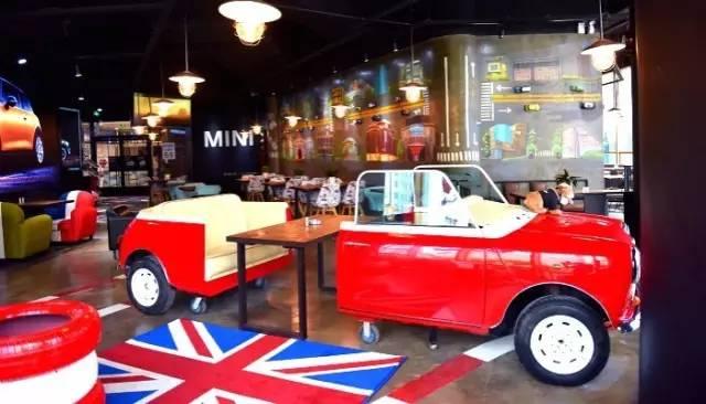 流展示.墙上是手绘的MINI画报,整个店都透着一股浓浓的英伦风.