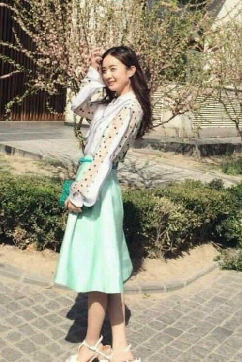 赵丽颖已经明示了很久,还没见到鞋厂销售人员的动图片
