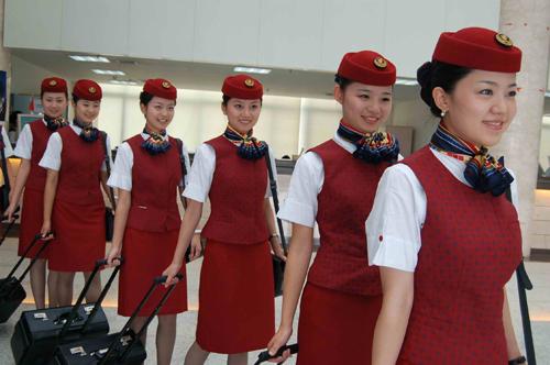 1、央企航司代表:国际航空(按每月飞行100小时计算,下同):   学员:7670元;   乘务员(安全员):11900元~19100元;   乘务长:16700元~22000元。