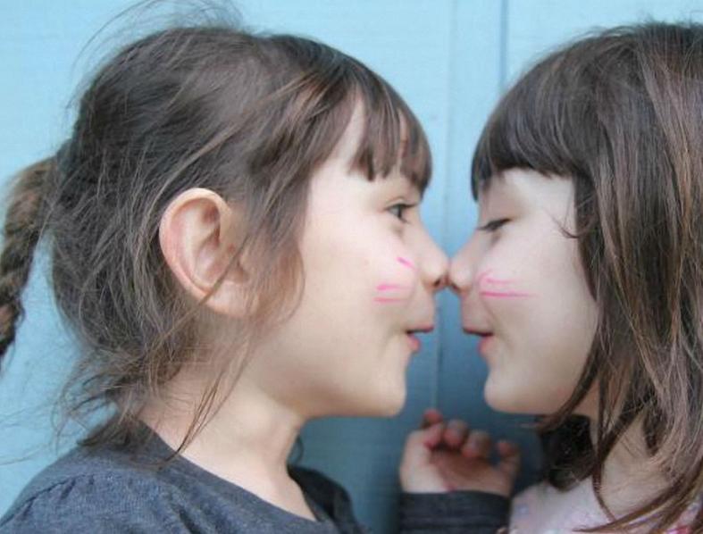 家人带孩子说方言,会影响语言发育吗?