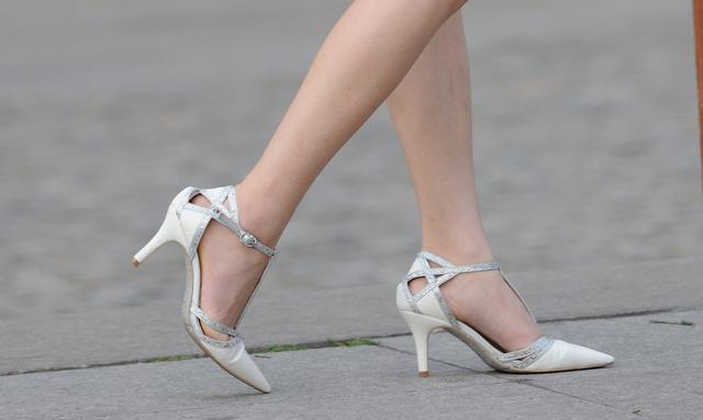 街拍 白色尖头高跟鞋美脚女,众里寻你千百度图片