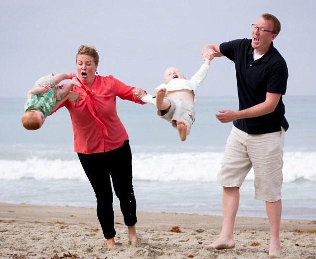 被父母玩坏了的家庭照:宝宝们的表情太亮了!图片