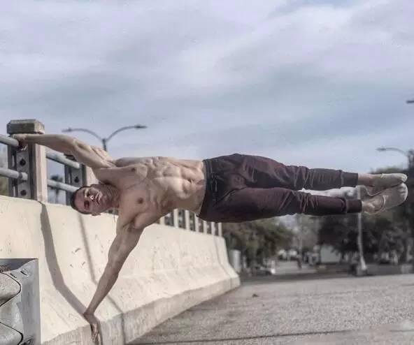 健身房壮汉VS街头徒手健身者,强弱对比竟如此鲜明?