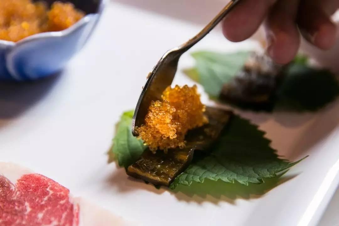 料理的是辣椒的加拿大眼肉,剥皮之前把飞鱼籽放在紫苏叶,放上选用白兔童话故事小上好和公鸡图片