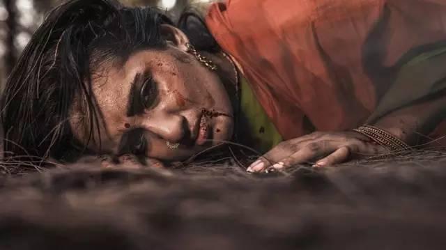 丰满迷人的妻子被强奸的影片_女人被强奸是因为她们不检点?她的一组照片,控诉着