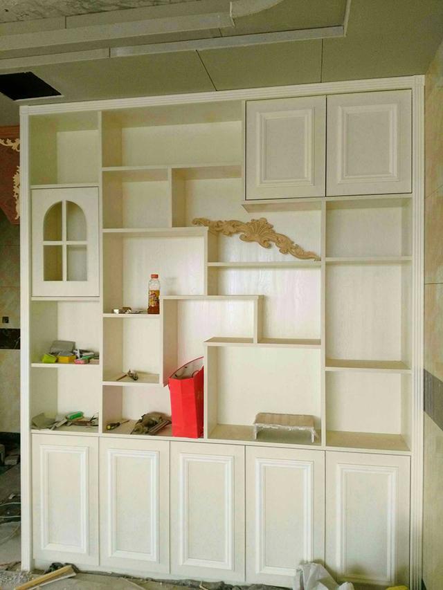 材料用的是免漆板,媳妇选的款式,材料和施工都是木工师傅负责,6款柜子