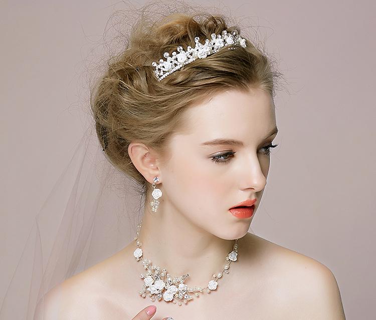 责 :   皇冠新娘造型专为打造高贵气质新娘而设计的,美美的发型再配上精美的新娘发型,简直就是完美的组合,新娘造型看起来更加饱满不单调,气质优雅迷人,皇冠新娘造型,做简约不平凡新娘的造型选择!图片