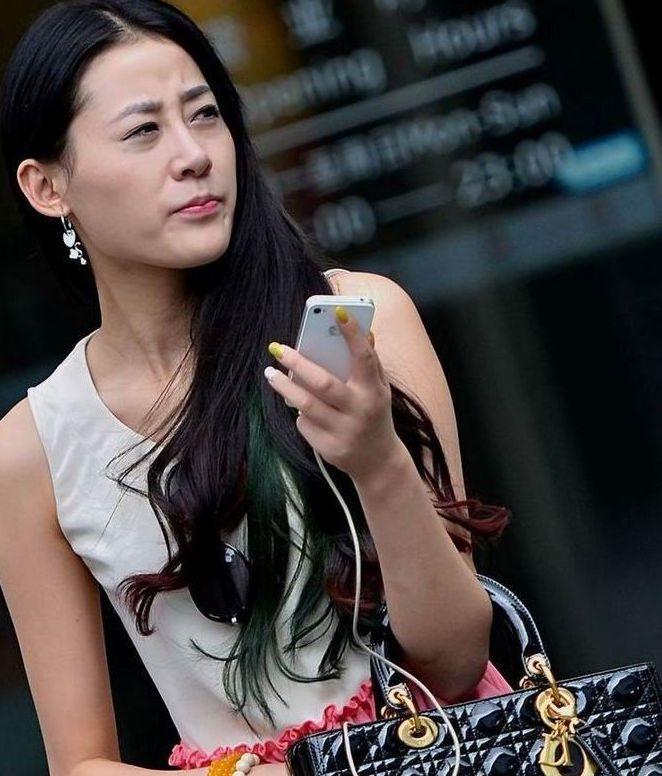 街拍美女粉色紧身裤的时尚美女眉宇间的忧愁是淡淡图片
