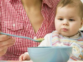 """宝宝吃饭总出问题 这3类餐具别再给宝宝用"""""""