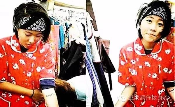 """手腕上的纹身是两个单词""""carpediem"""",寓意""""抓紧每一天"""",激励她珍惜"""