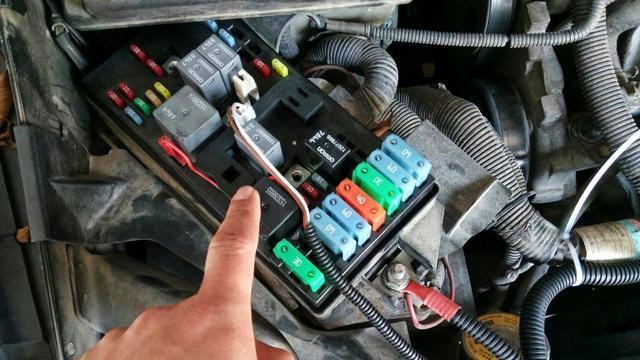 汽车点火继电器位置图