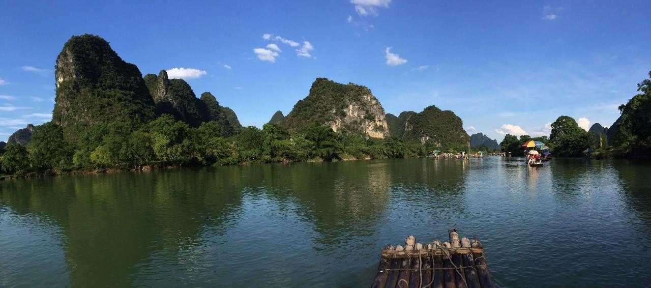 由七星岩和鼎湖山两大景区组成,糅合了西湖的水和桂林的山,令人流连图片