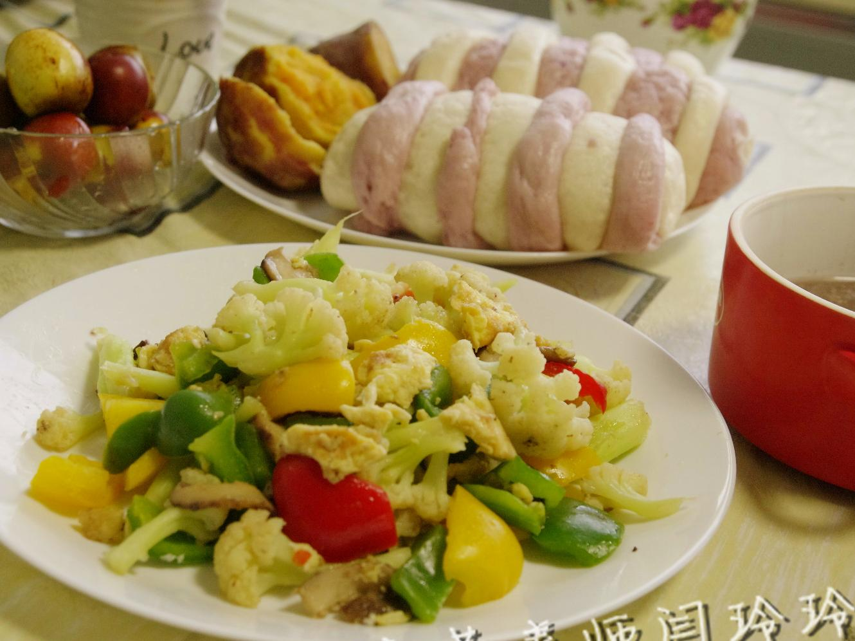 儿童快手营养早餐日记10.18:双色馒头+炒杂蔬...