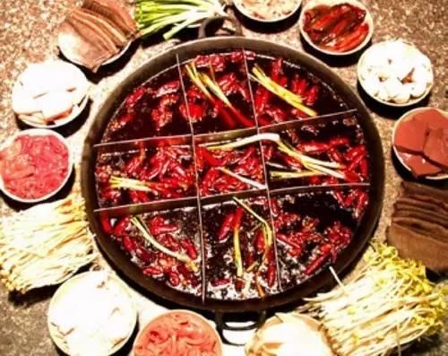 很多重庆人从外地归来都要先 吃一顿火锅来安慰自己的肚子 而吃火锅