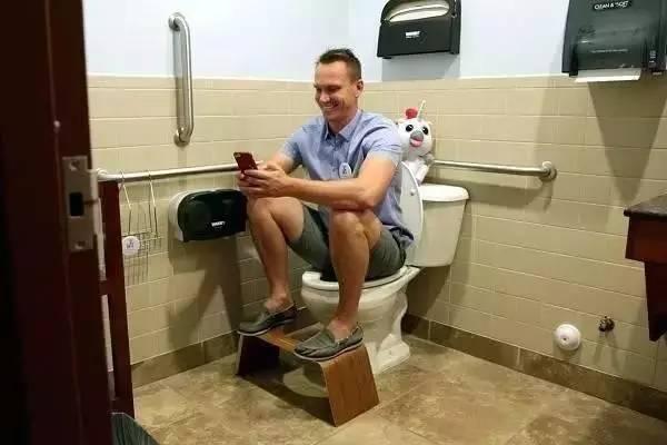 """为治好老妈便秘,他发明一个凳子,竟赚了上亿!"""""""