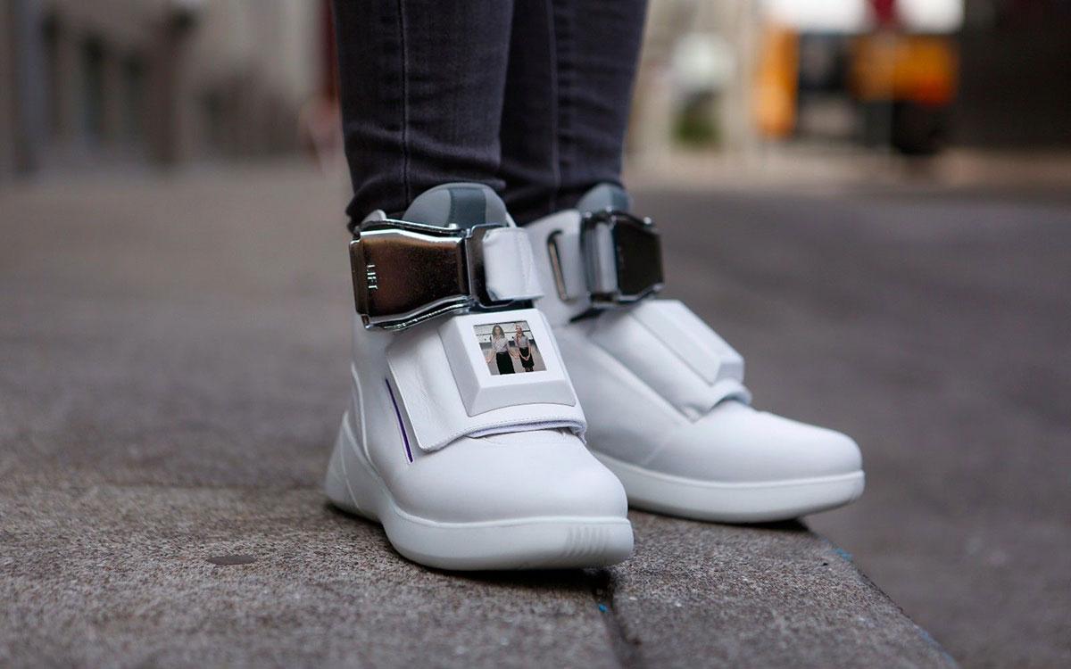 """这双酷炫得够中二的鞋子,加上了 WiFi 热点、充电口"""""""