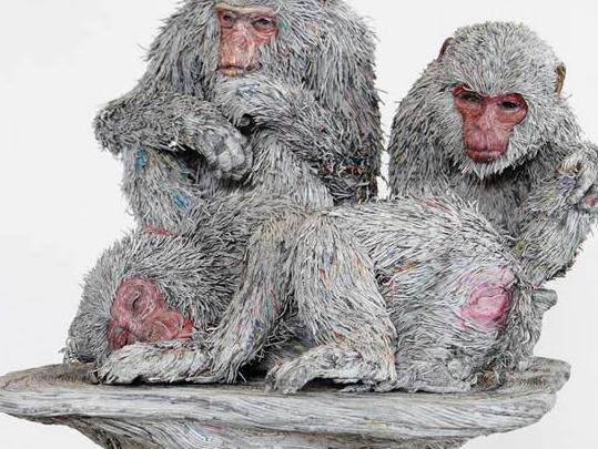 这位艺术家用旧报纸来制作动物