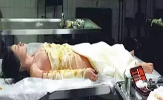 女子尸体在解剖时复活,醒后拥有特异功能
