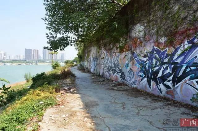 江堤 惊现巨幅彩绘涂鸦