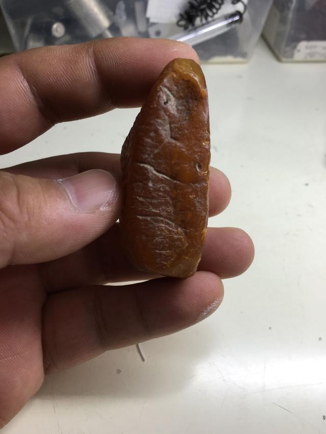 琥珀原石开料这满蜜鸡油黄水滴