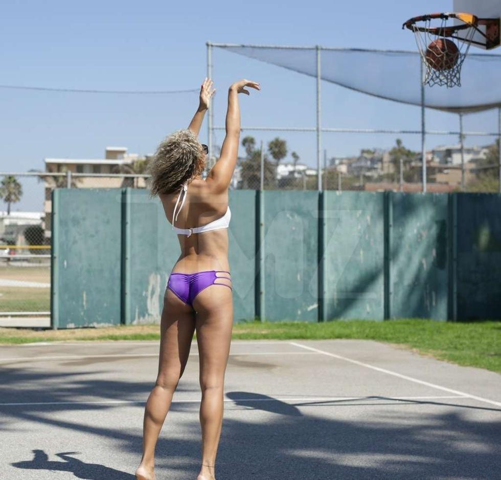 美女穿比基尼打篮球性感走红网络 网友太另类!