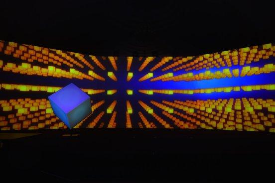 微鲸投影首秀光雕投影玩法,玩转裸眼3d新视觉