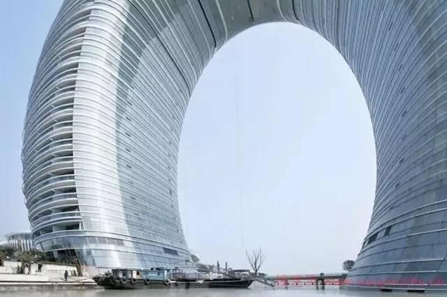 带有圆柱体建筑物-建筑中完美的 圆形图片
