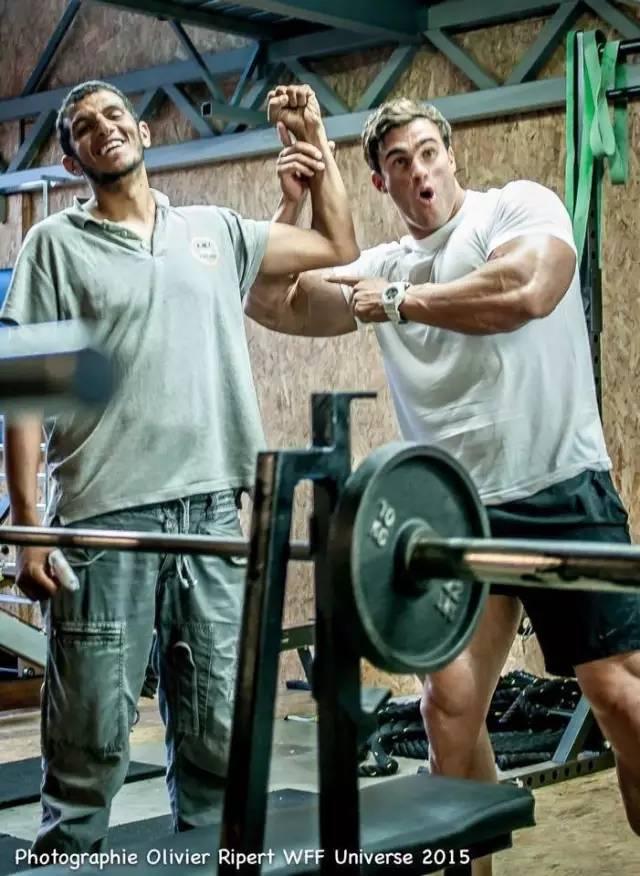 ... 健身房 对比 自己哑铃,男生200斤胖子去健身房穿什么