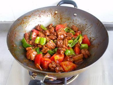 6,放入切好的布丁,西红柿,炒至断生可以出锅.魔芋粉即可做青椒吗图片
