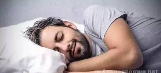 男人睡觉不给抱