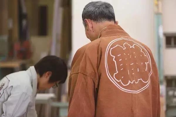 、谈恋爱   秋山木工家具工厂,创办于1971年,只有34位员工.   这里