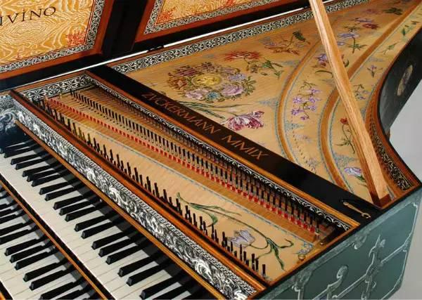"""乐器之王——钢琴的英文名叫 piano 但现代钢琴的祖先""""古钢琴"""",一般图片"""