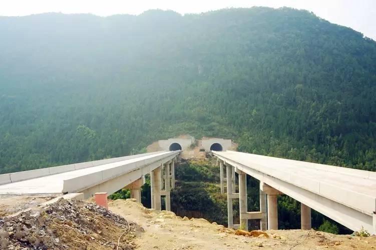 全长247米,采用预应力混凝土先简支后结构连续t梁,这三座大桥桥面铺装图片