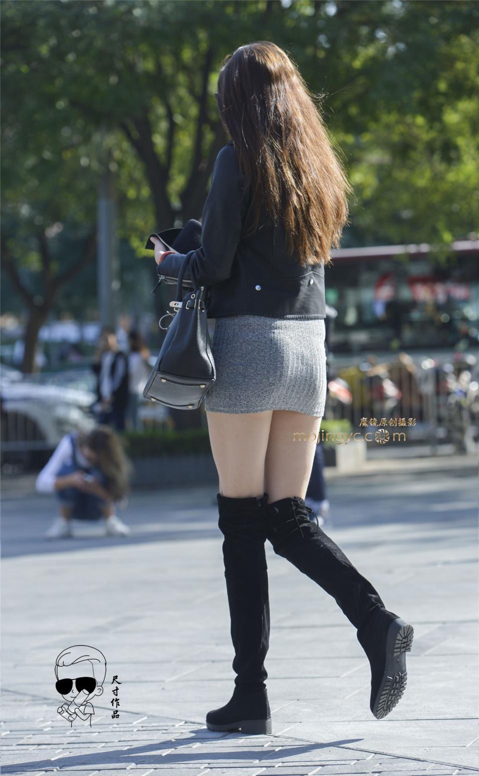 街拍:长筒靴大长腿性感美女,超短裙下的腿真长