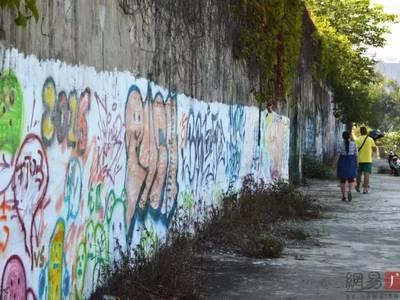 可以发现,这些彩绘并非同一时期 而一些时间较新的,堤坝的墙角还